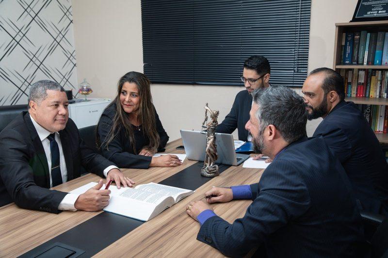 5 עורכי דין בחדר